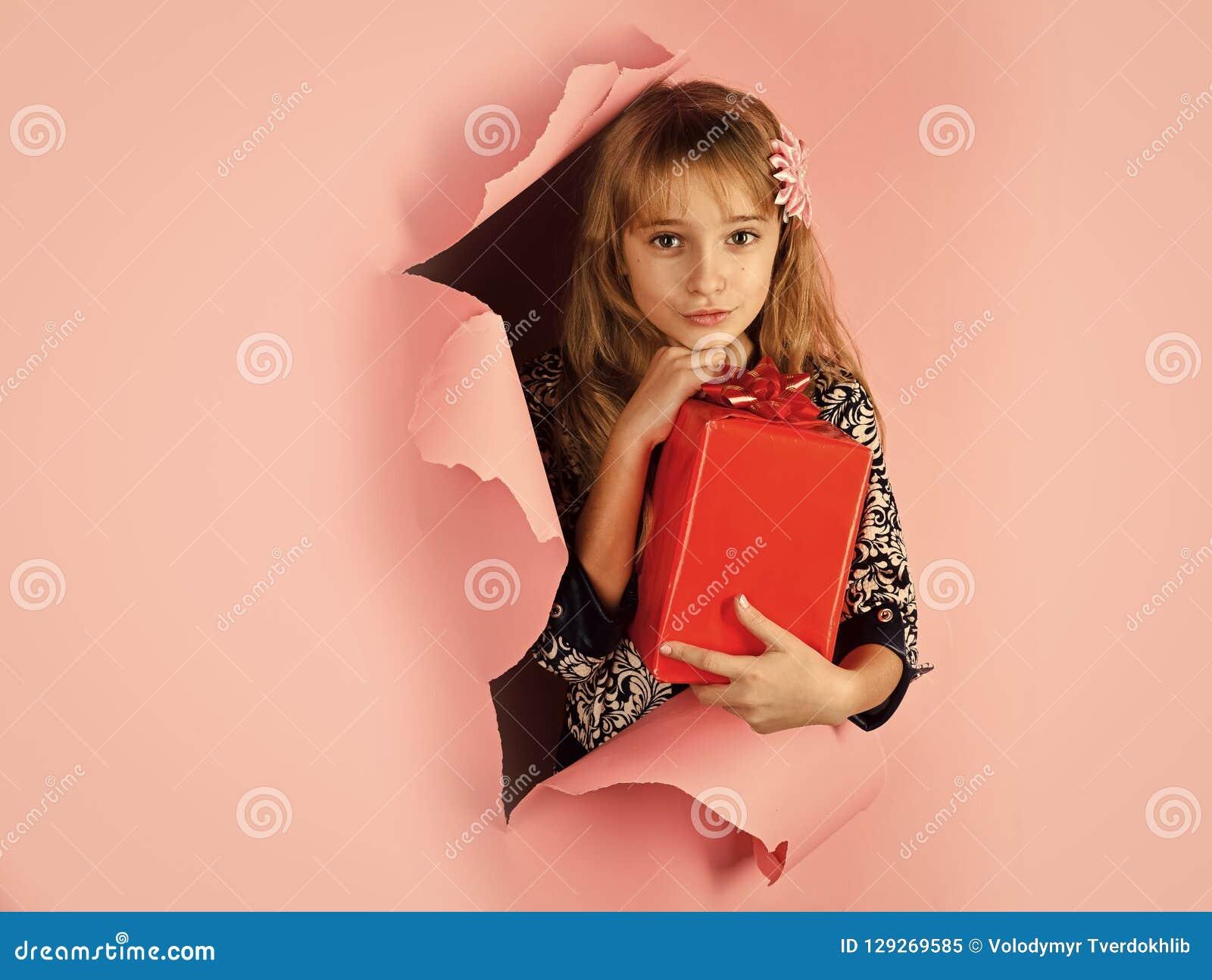 Aniversário e Natal Menina da criança com bloco atual, cyber segunda-feira Infância e felicidade, caixa de presente Menina pequen