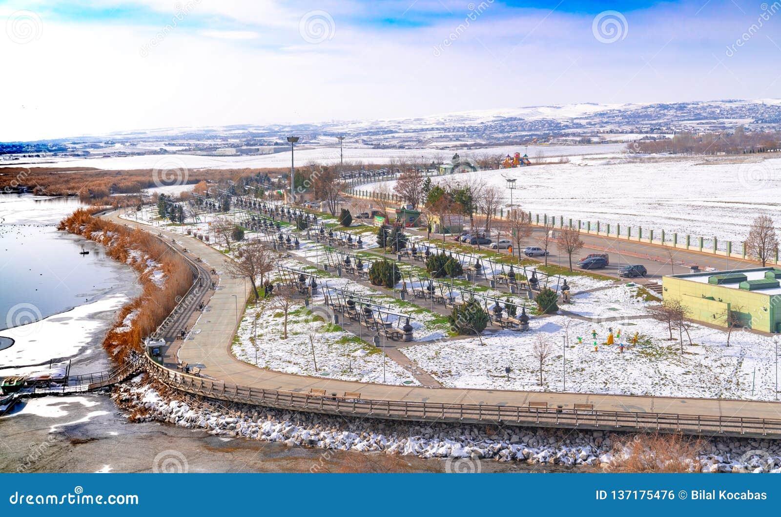 Ankara, styczeń 01 2019/: Jeziorny Mogan i wiele blisko jeziora w zimie grill, Ankara, Turcja