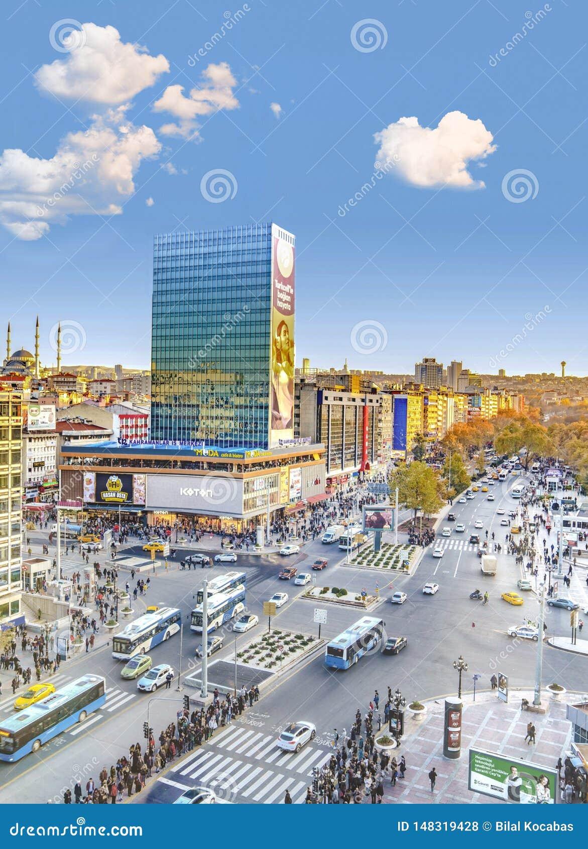 Ankara/Turkiet-November 24 2018: Vertikal sikt av den Kizilay fyrkanten och skyskrapan, Ankara huvudstad av Turkiet
