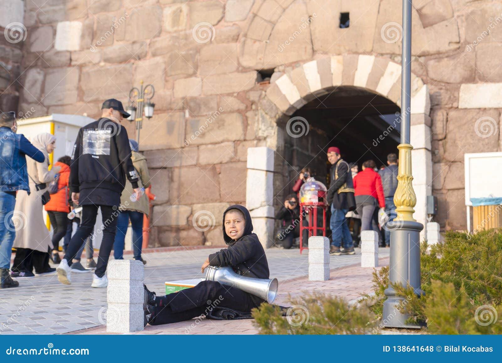 Ankara/Turkije-Februari 02 2019: De straatmusicus presteert in de ingang van het Kasteel van Ankara