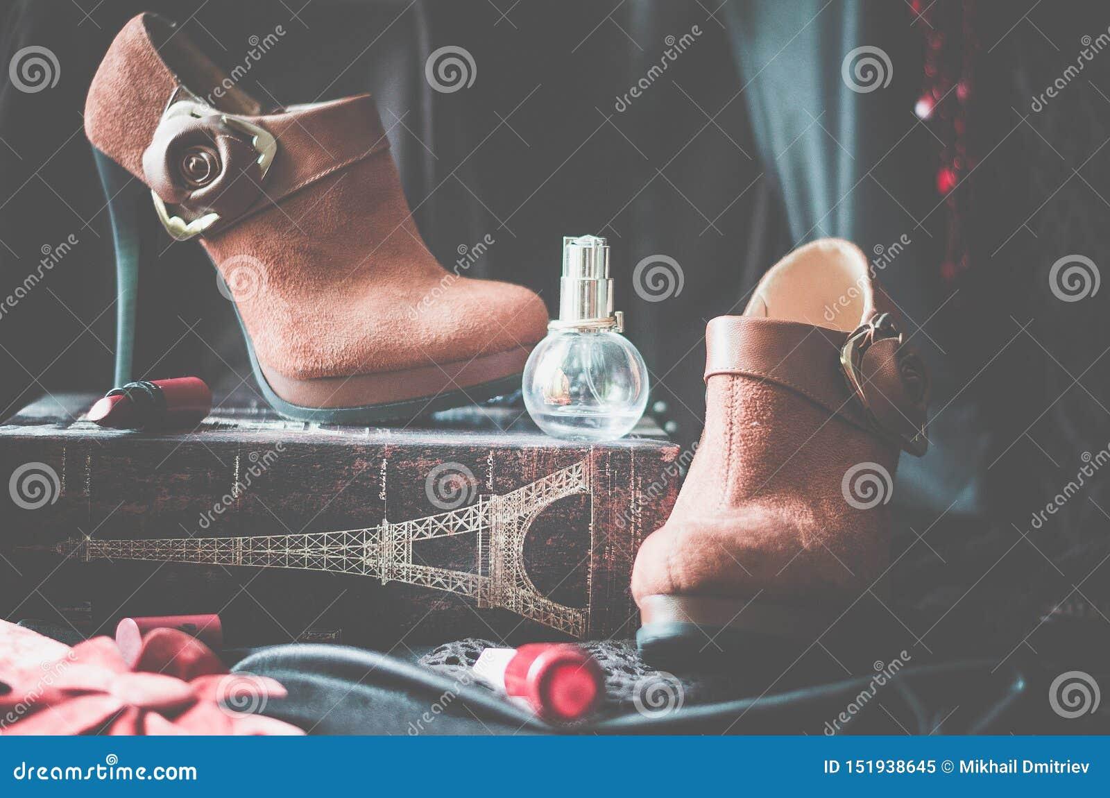 Ankelkängor, skor, kvinnors skor, ställningen, sockeln, läppstift, doft, flaska, ställer ut, rött, designen, blomman, lagret, bou