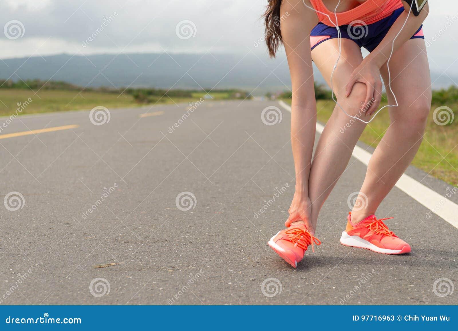 Ankelskada för kvinnlig idrottsman nen, när köra på vägen