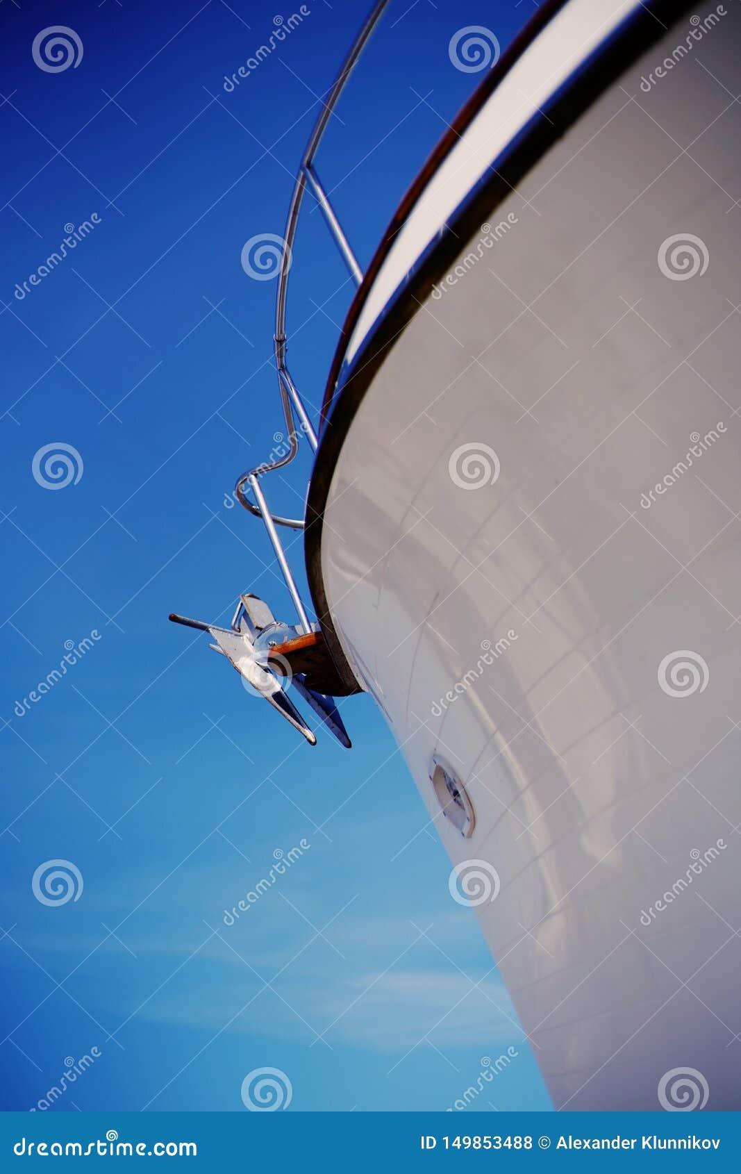 Anker van varende boot Boog van witte varende boot