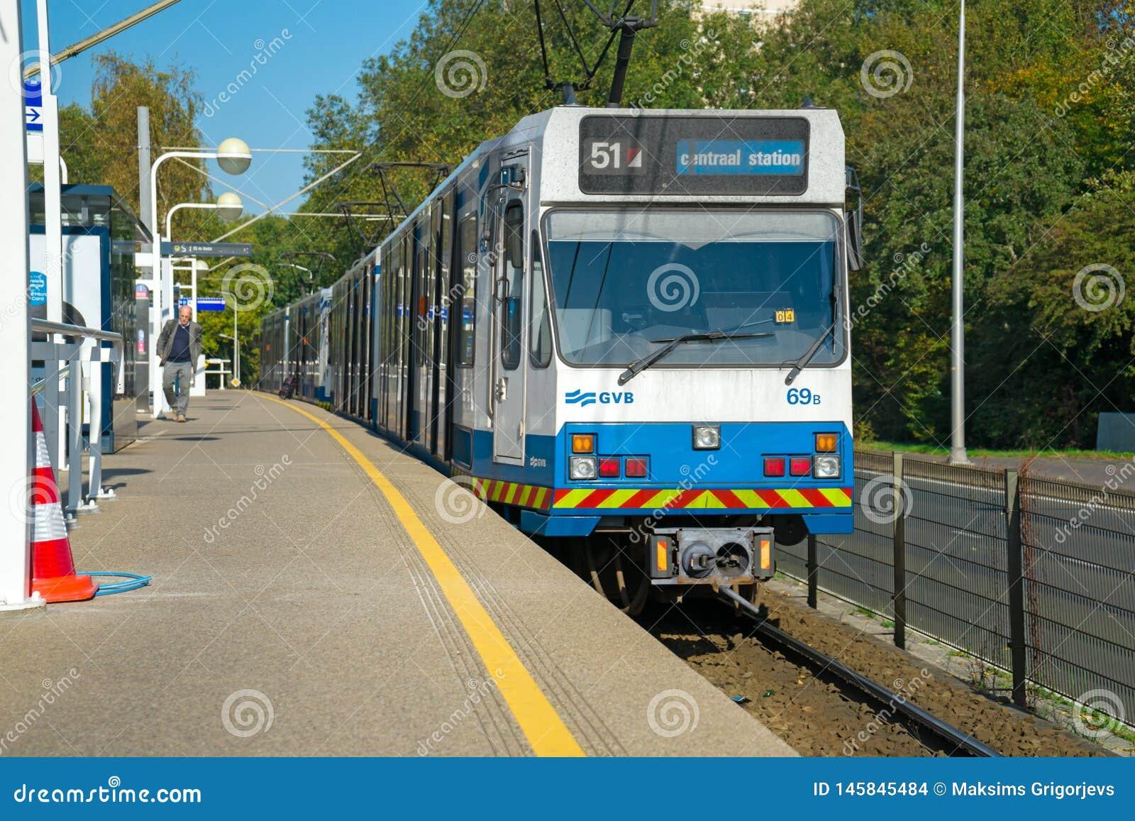 Ankommende Tram, Amsterdam, die Niederlande, am 12. Oktober 2017