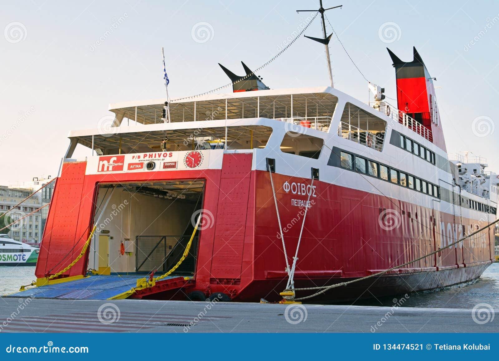 Ankomst från aktern av skeppet till transportskytteln för bilar och folk