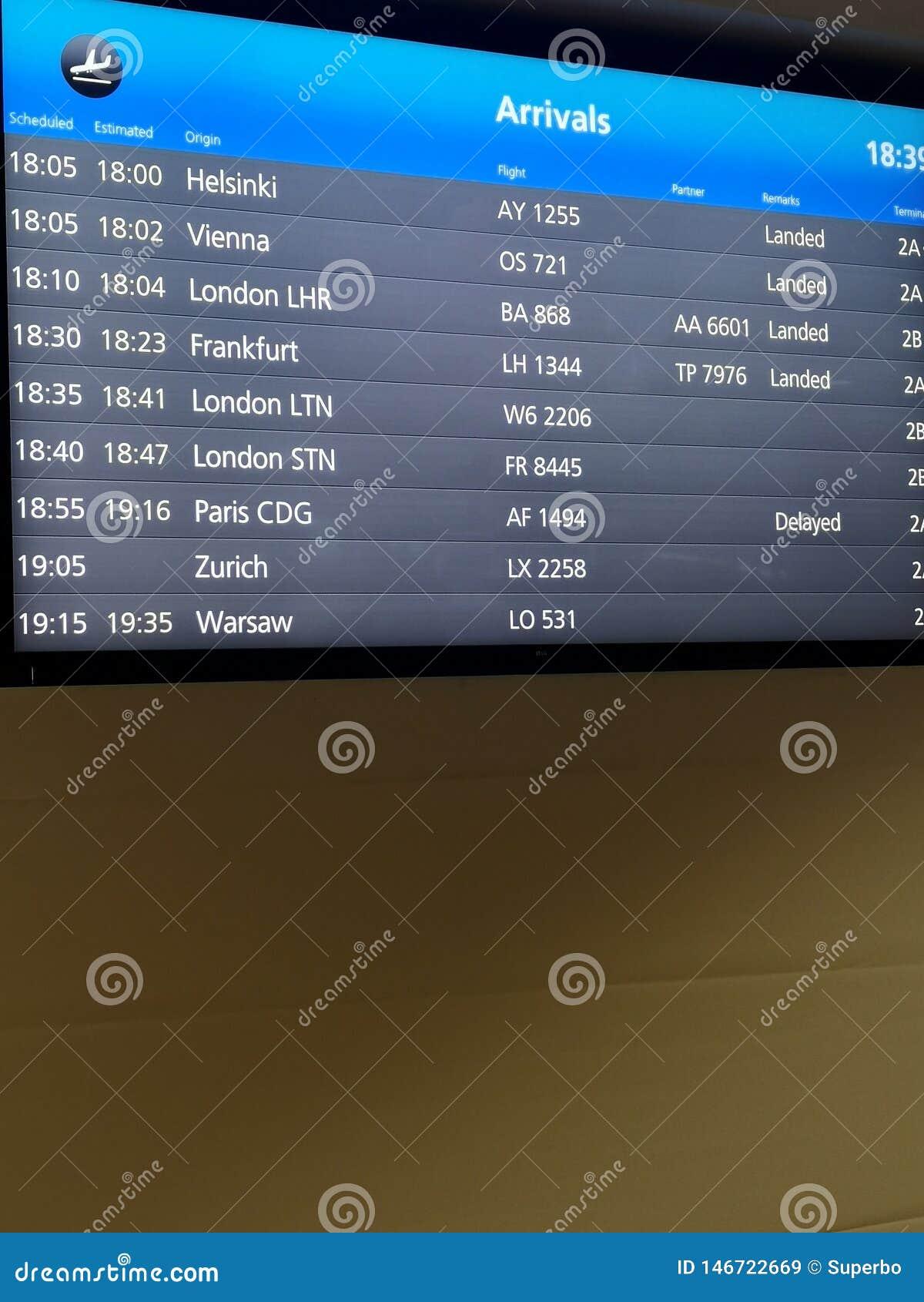 Ankomster visar brädet på flygplatsterminalen som visar internationella destinationsflyg till några av världens populäraste städe