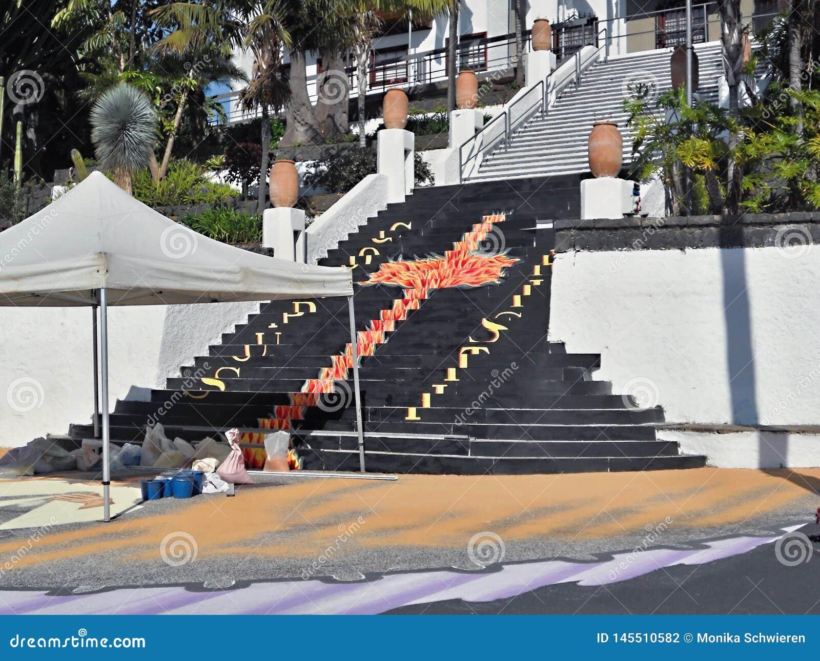 Anl?sslich des Korpus Christi Day in Teneriffa, wird eine enorme Malerei, die vom bunten Lavasand gemacht wird, in Teneriffa im J