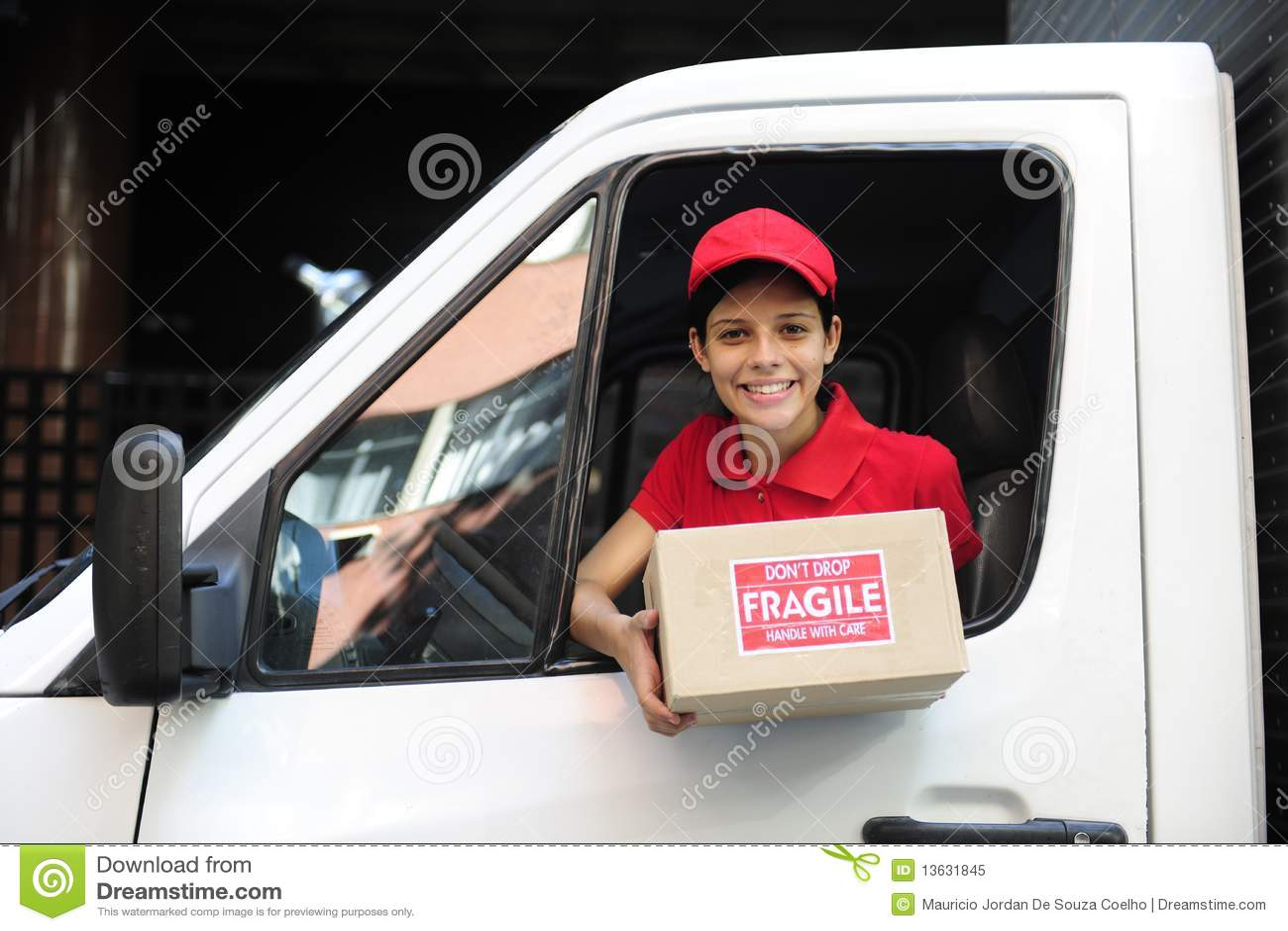 Anlieferungseilbote im LKW Paket überreichend
