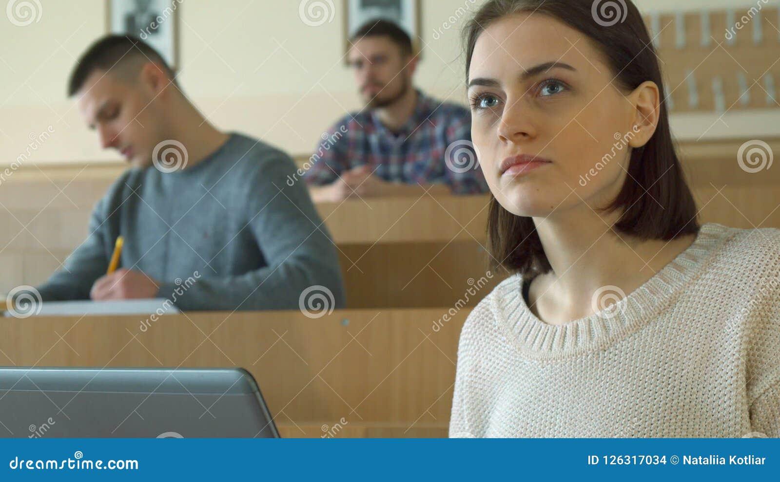 Anmärkningar för kvinnlig student på bärbara datorn