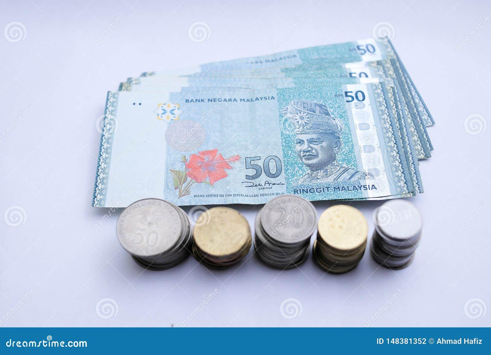 50 anm?rkningar f?r RinggitMalaysia pengar och malaysiskt mynt som isoleras p? vit bakgrund