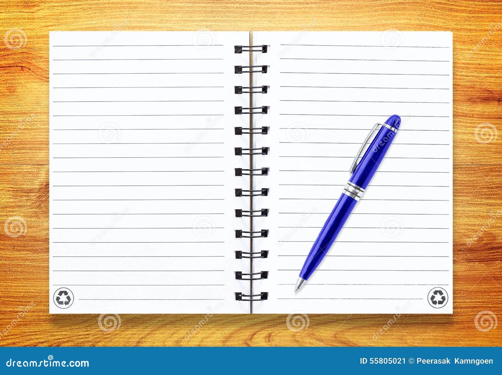 Anmärkningsbok med pennan på trä