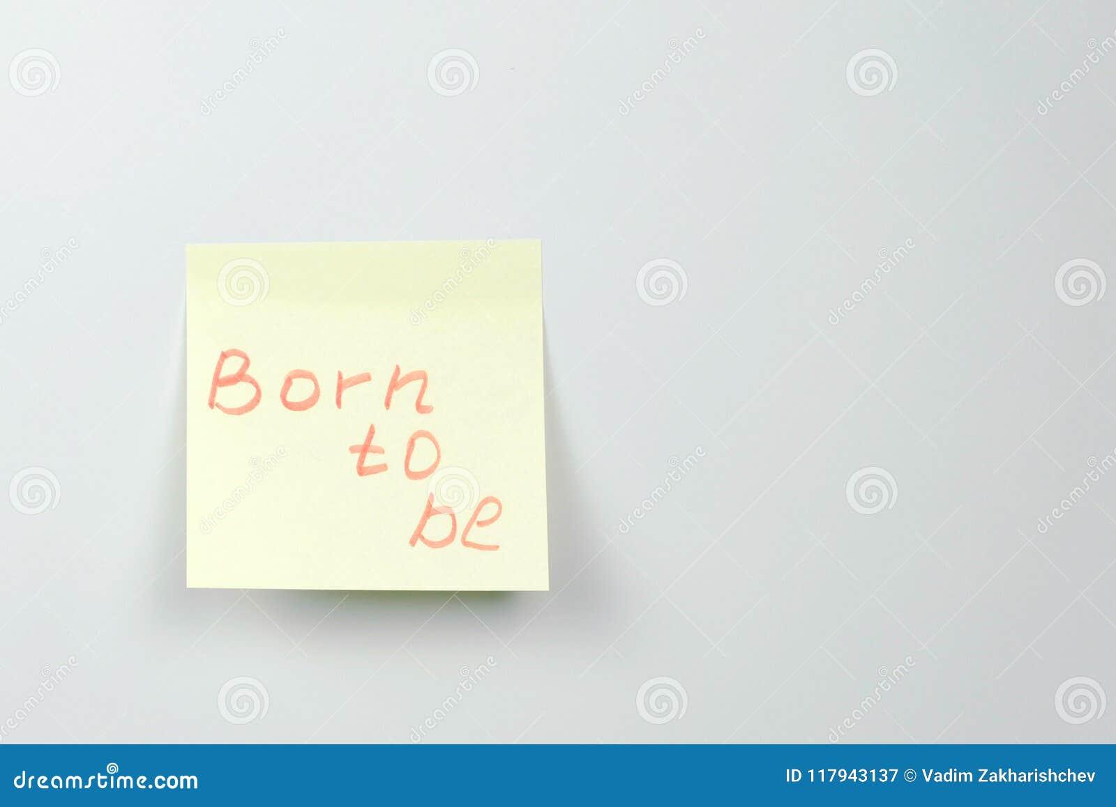 Anmerkung über gelbes Aufkleberpapier bedeckt mit den Motivationswörtern, die getragen werden, um zu sein