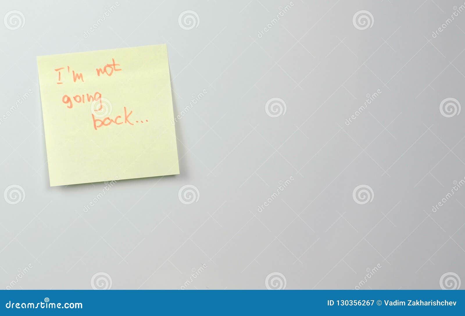 Anmerkung über Papierblätter des gelben Aufklebers mit Wörtern gehe ich nicht zurück