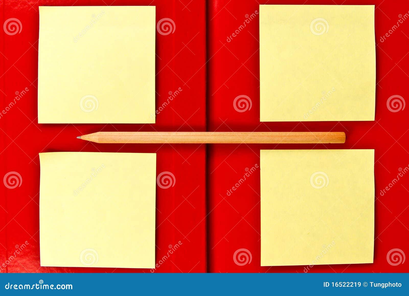 Anmerkung und Bleistift auf rotem Notizbuch