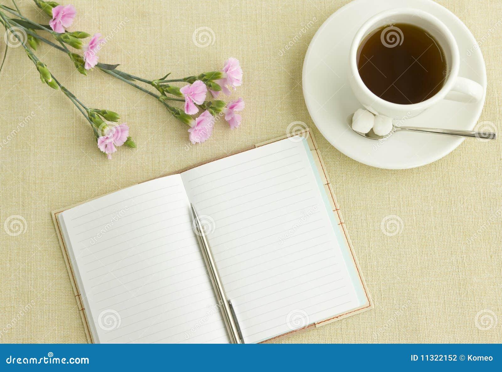 Anmerkung und Tee auf Schreibtisch