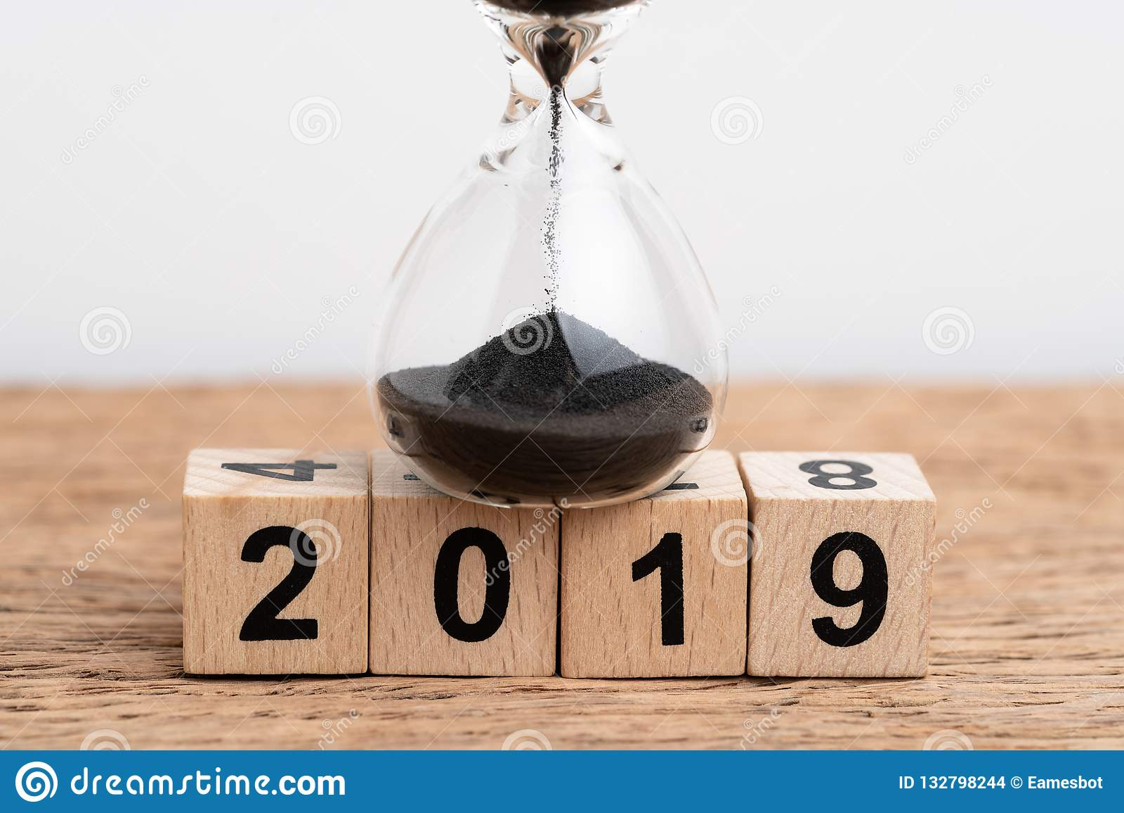 Année concept de fonctionnement ou de compte à rebours de 2019 fois, clôturé du sable d