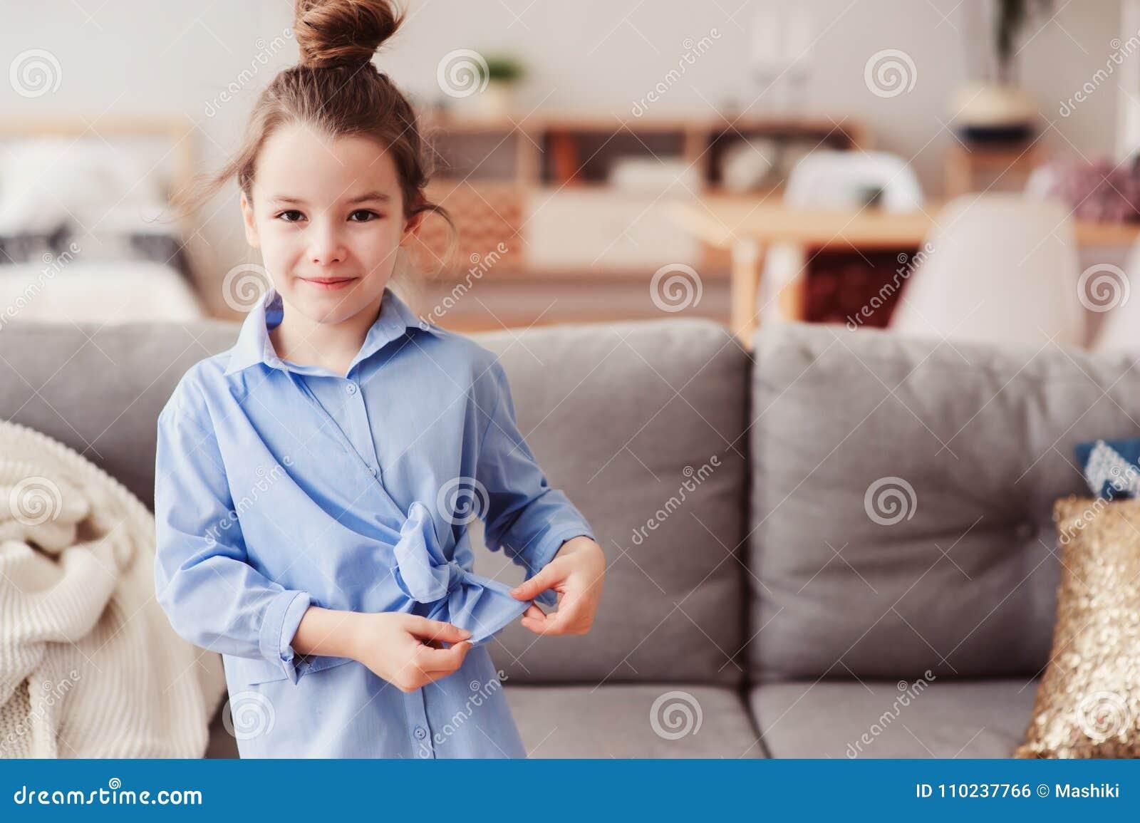 5 années heureuses adorables de fille d enfant vérifiant l arc sur sa chemise de mode