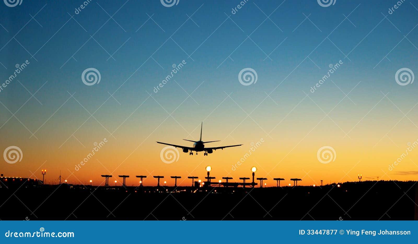 Annalkande flygplats för flygplan på solnedgången