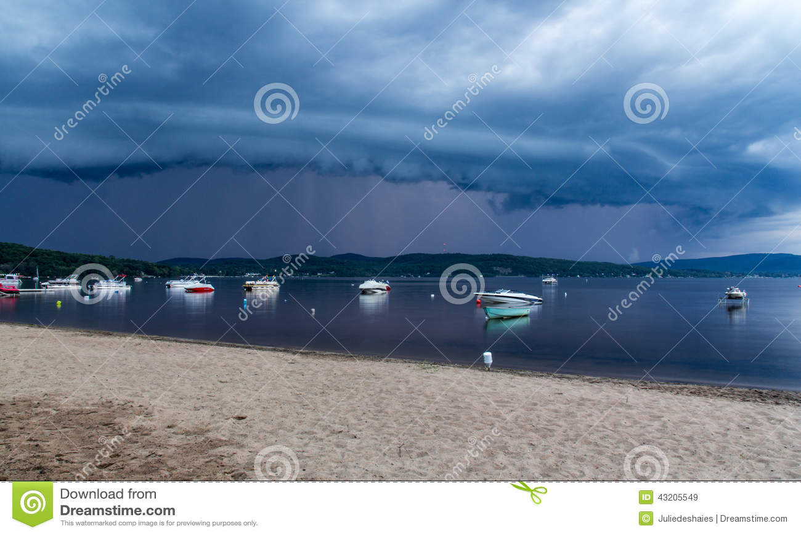 Download Annalkande storm över sjön redaktionell fotografering för bildbyråer. Bild av spöklikt - 43205549