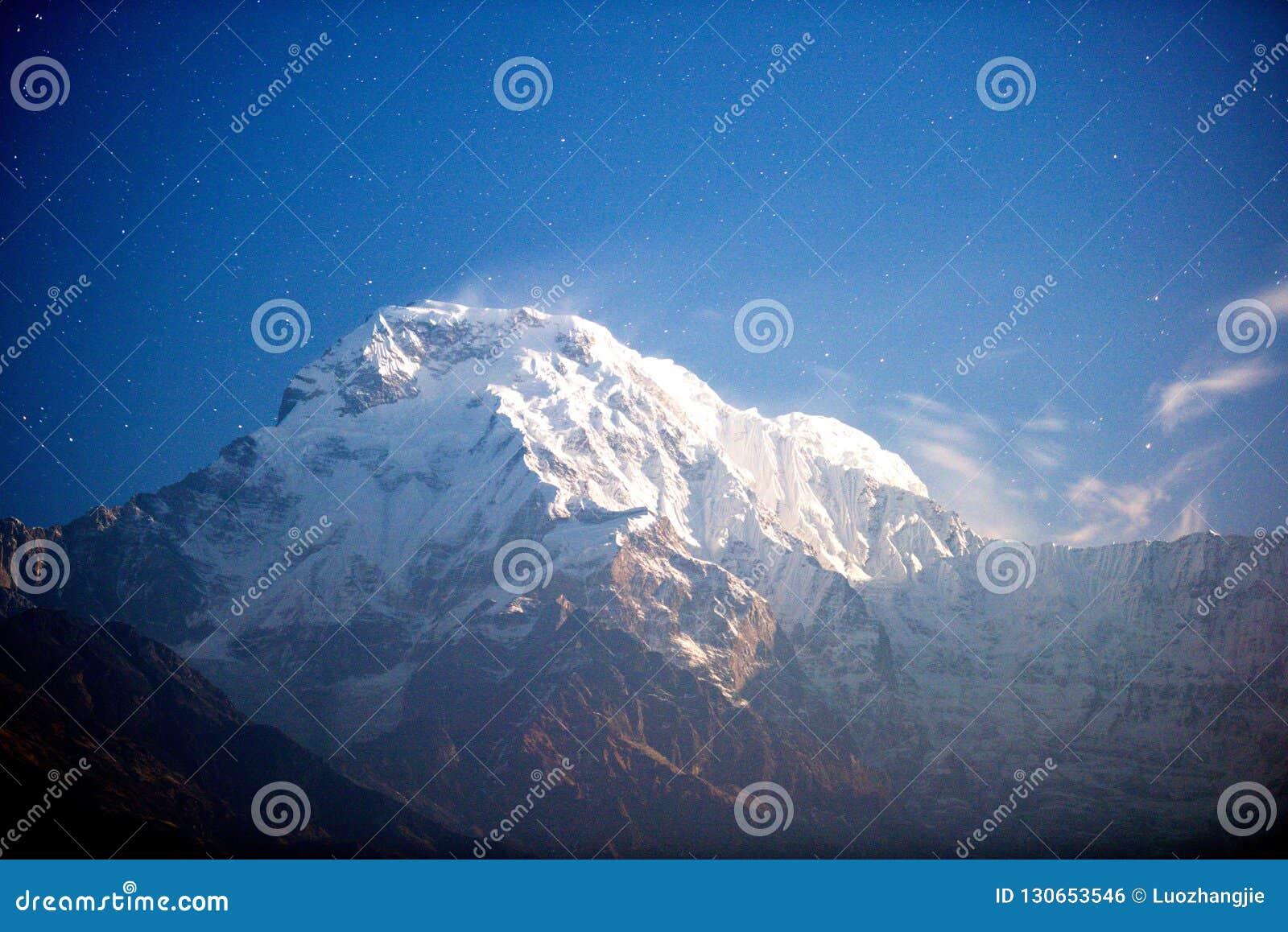 Annapurna szczyt przy blask księżyca