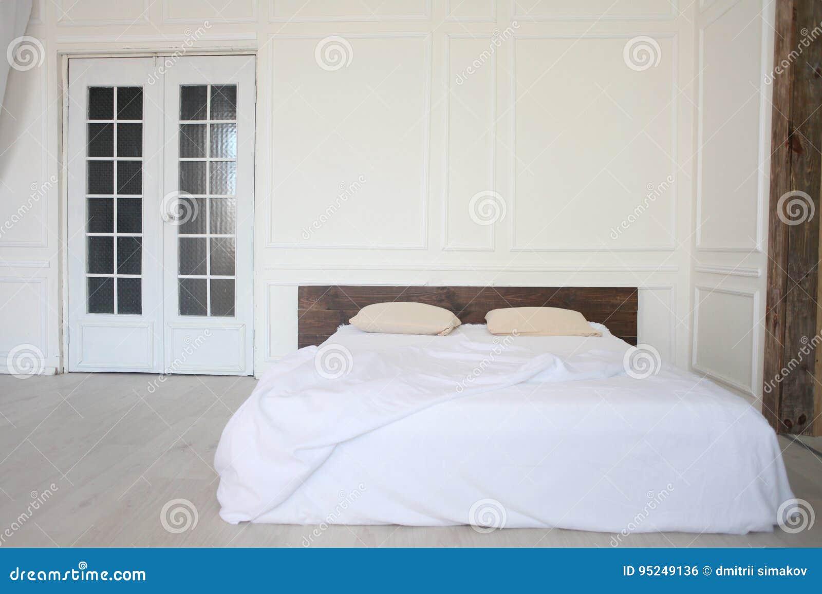 Camera Da Letto Bianca : Annata bianca della tela di mattina del letto della camera da