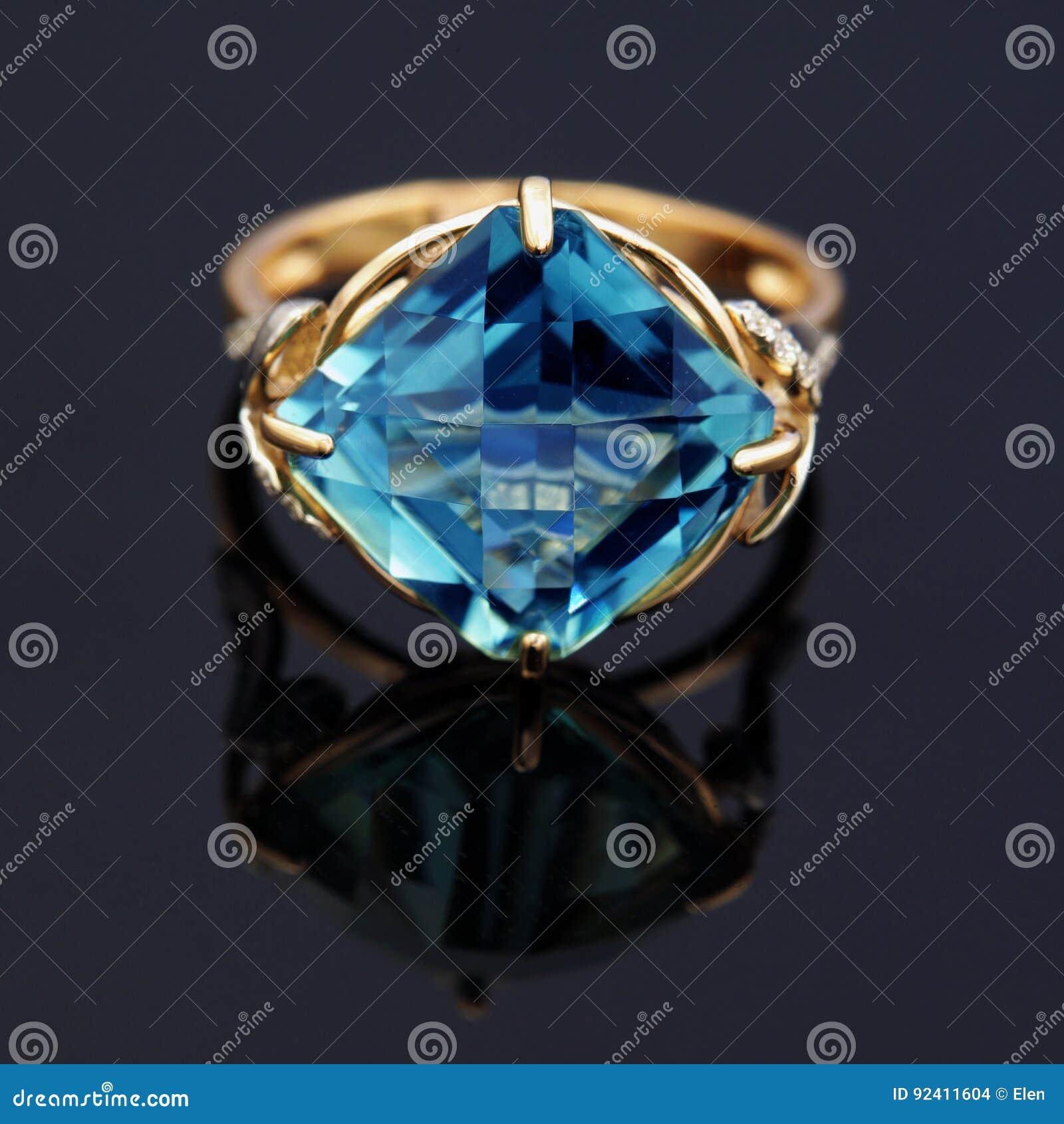 Anneau élégant de bijoux avec la topaze bleue