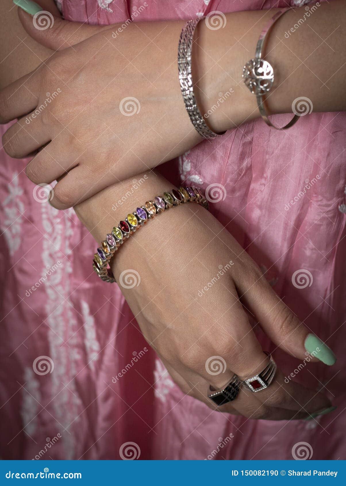Anneau de femme et bijoux de port de bracelet