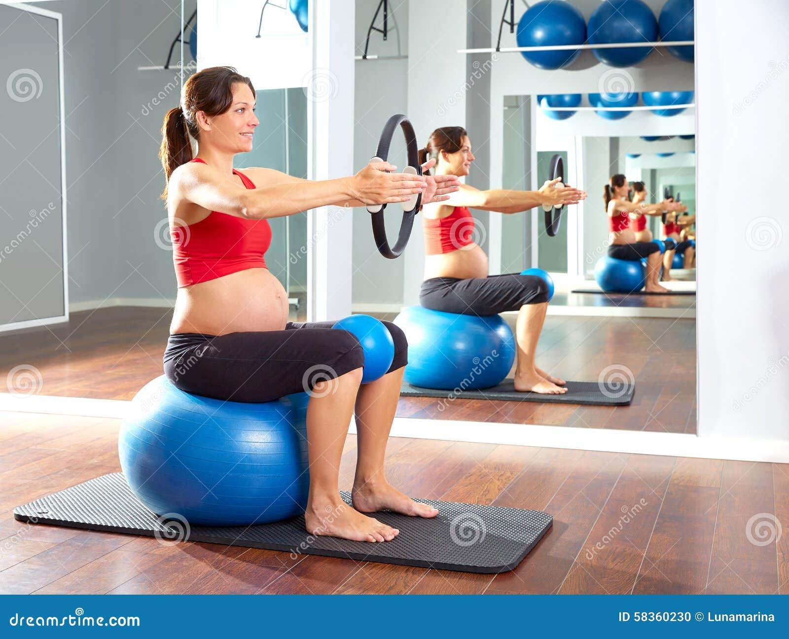 anneau de magie d 39 exercice de pilates de femme enceinte photo stock image 58360230. Black Bedroom Furniture Sets. Home Design Ideas