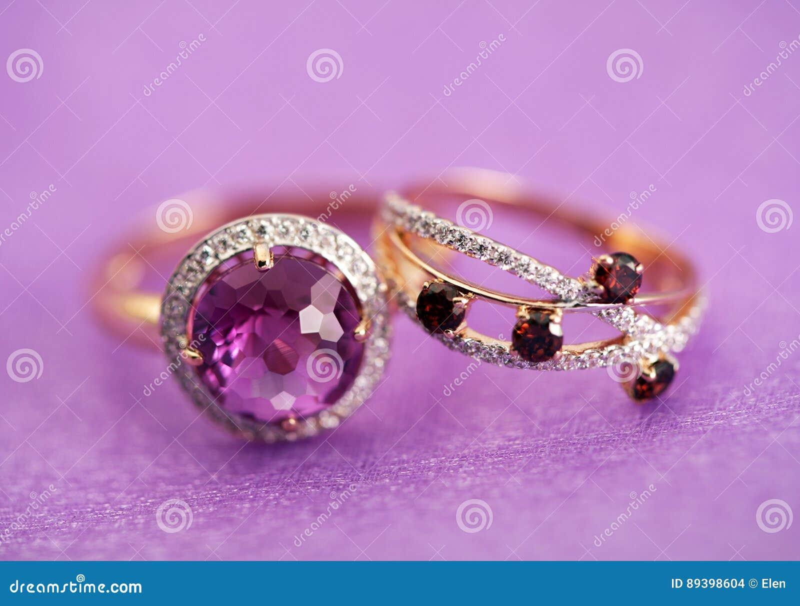 Anneaux élégants de bijoux avec la gemme