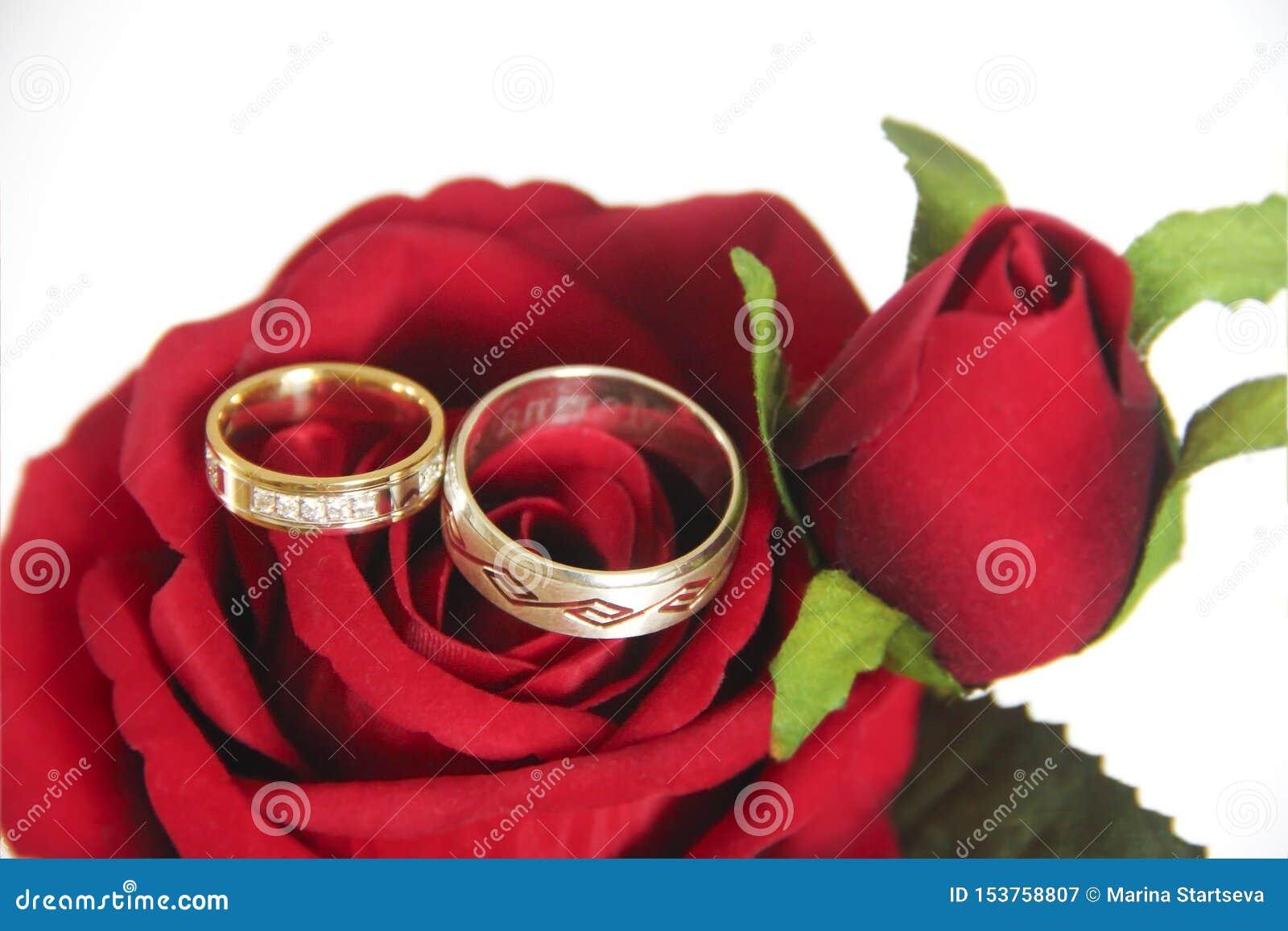 Anneaux d or de concepteur pour les jeunes mariés sur le leur un jour du mariage