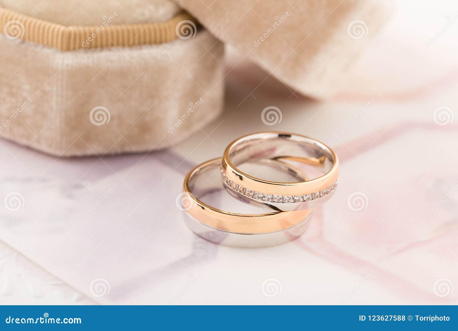 Anneaux De Mariage à Deux Tons Or Et Argent Roses Photo