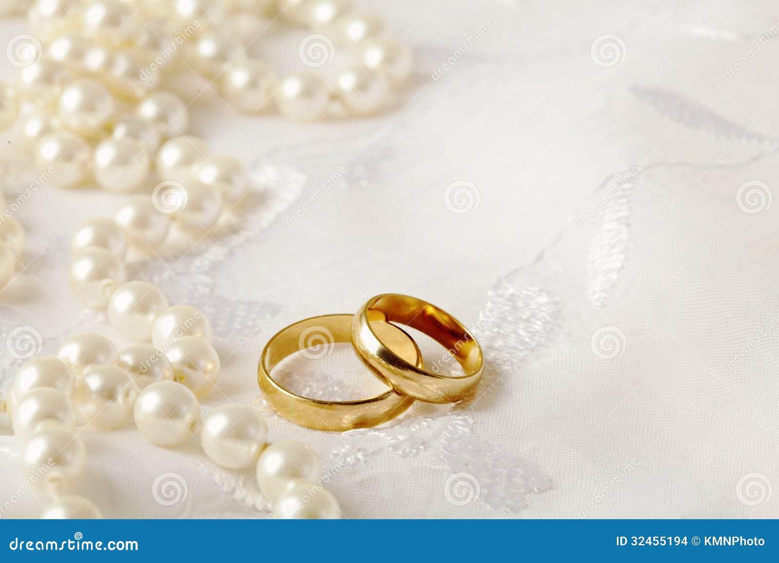 Fond de mariage avec deux anneaux de mariage dor.