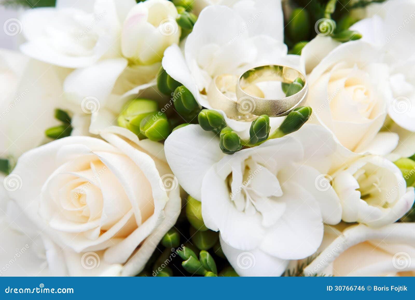 Anneaux De Mariage Avec Des Fleurs Image libre de droits - Image ...