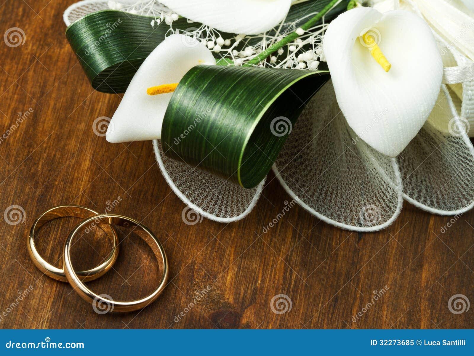 Anneaux De Mariage Avec Le Bouquet De Calla Photo libre de droits ...