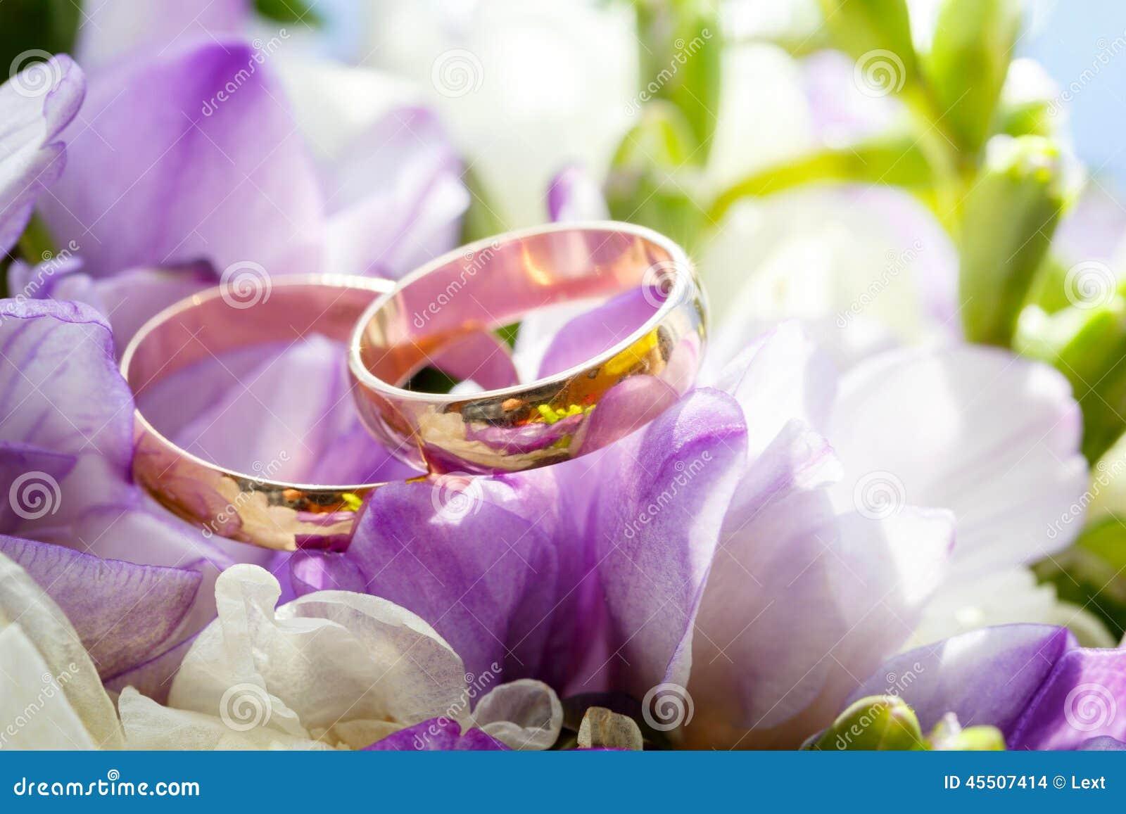 Anneaux De Mariage Dor Sur Le Bouquet Des Fleurs Pour La