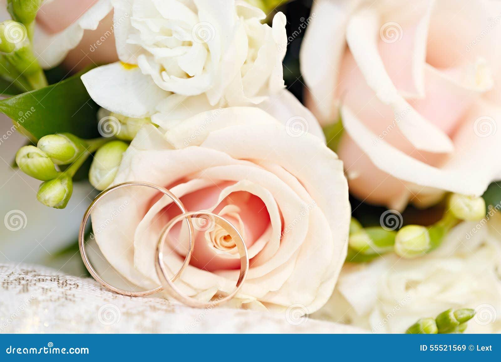 Anneaux de mariage d or sur le bouquet des fleurs pour la jeune ...