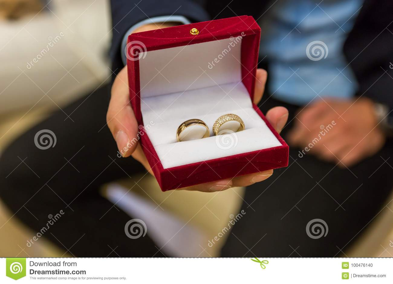 Anneaux de mariage dans la fin de boîte-cadeau