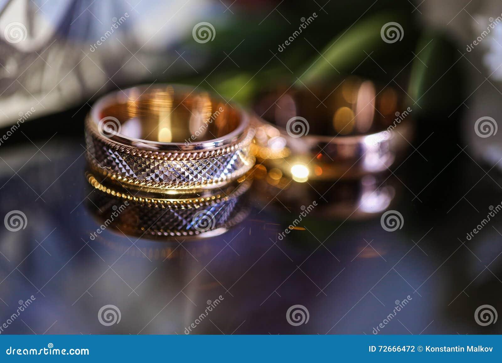 Anneaux De Mariage Sur La Table En Verre En Noir Et Blanc Or