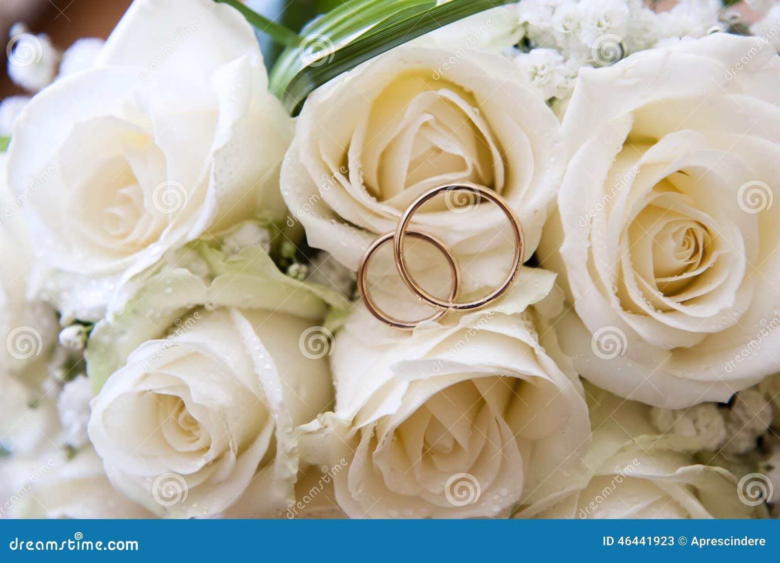 Photo stock: Anneaux de mariage sur un bouquet des roses