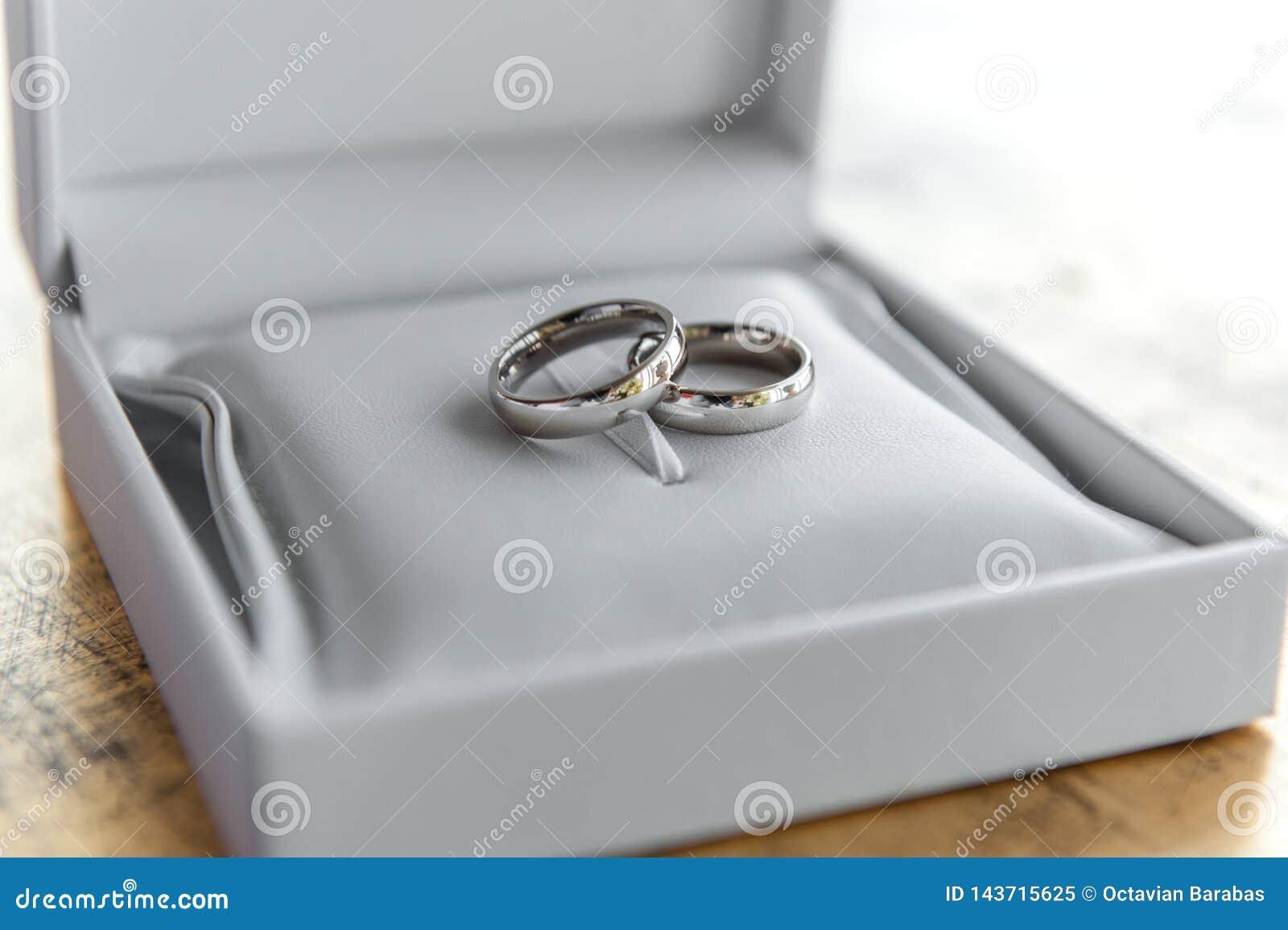 Anneaux de noces d argent dans la boîte en cuir blanche