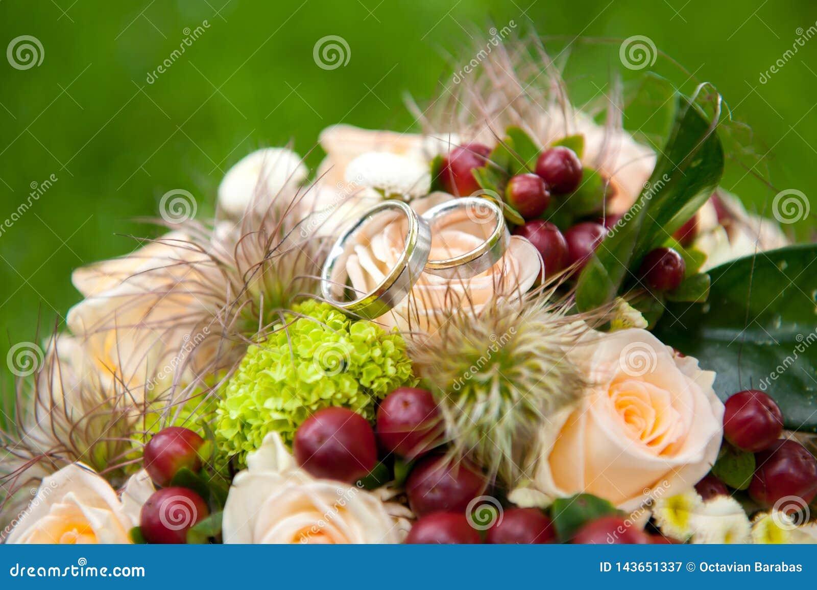 Anneaux de noces d argent sur le bouquet de fleur de jeune mariée