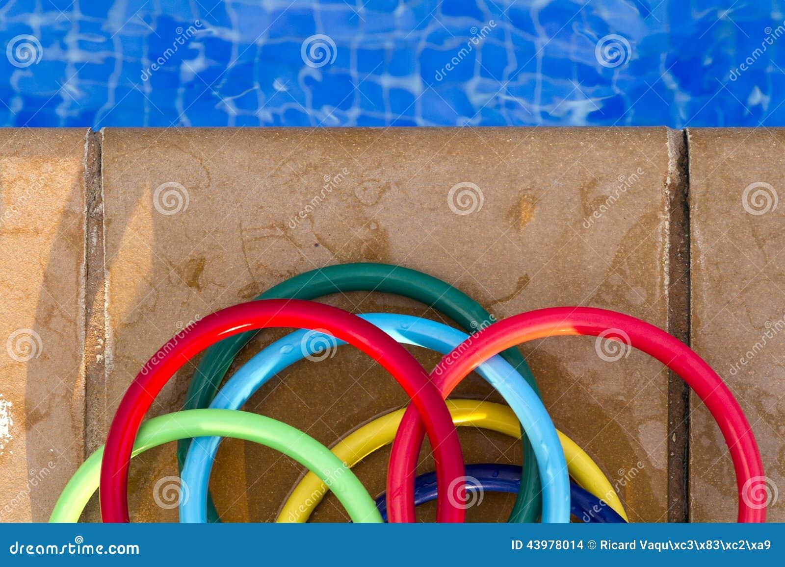 Anneaux en plastique color s sur la mosa que du bord d 39 un for Piscine en plastique