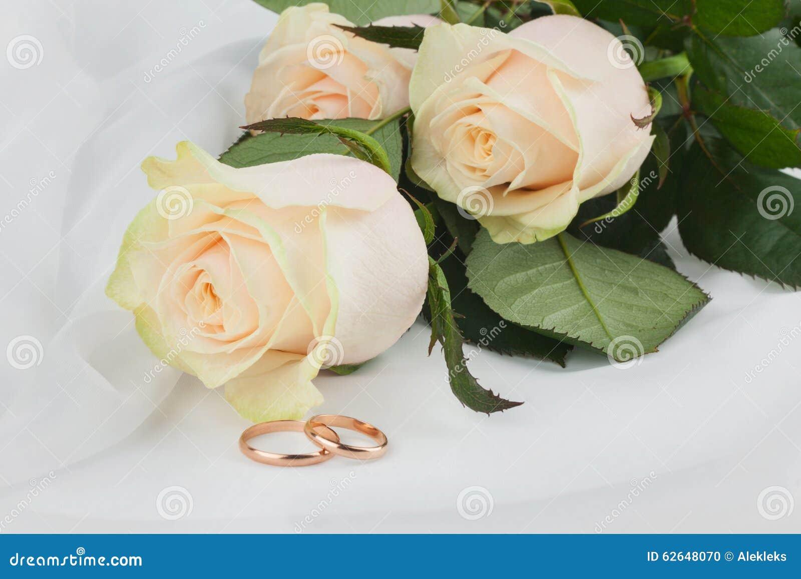 Anneaux Et Fleurs De Mariage Sur La Soie Photo stock - Image: 62648070