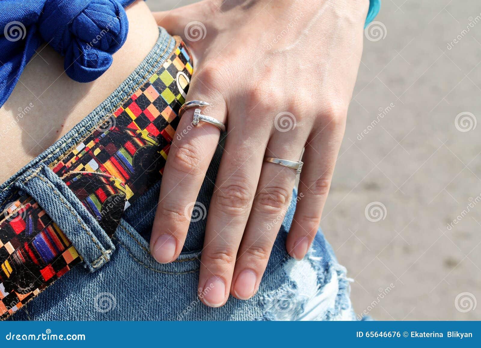 Anneaux sur ses filles de doigts