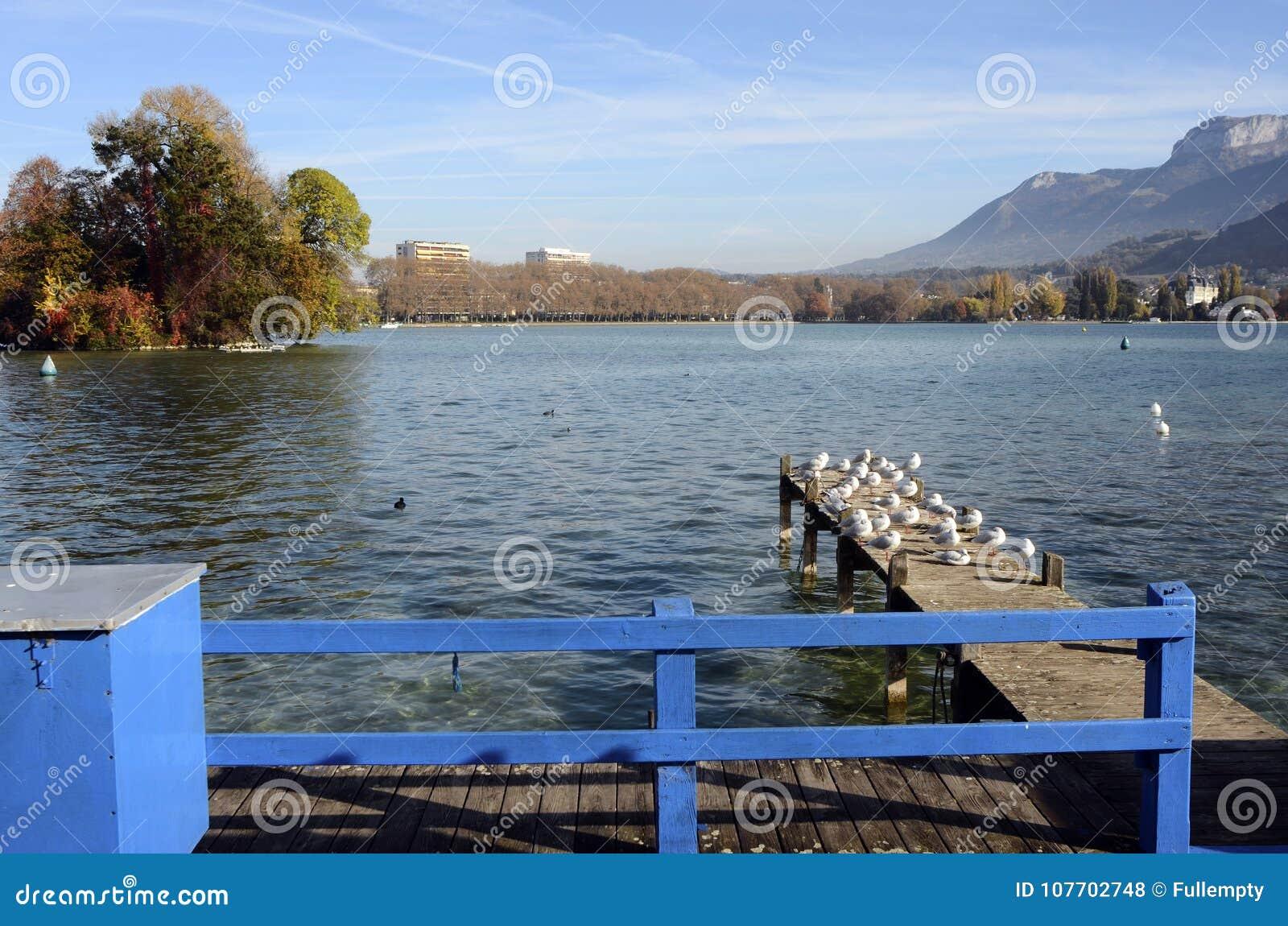 Download Annecy meer en bergen stock foto. Afbeelding bestaande uit stad - 107702748