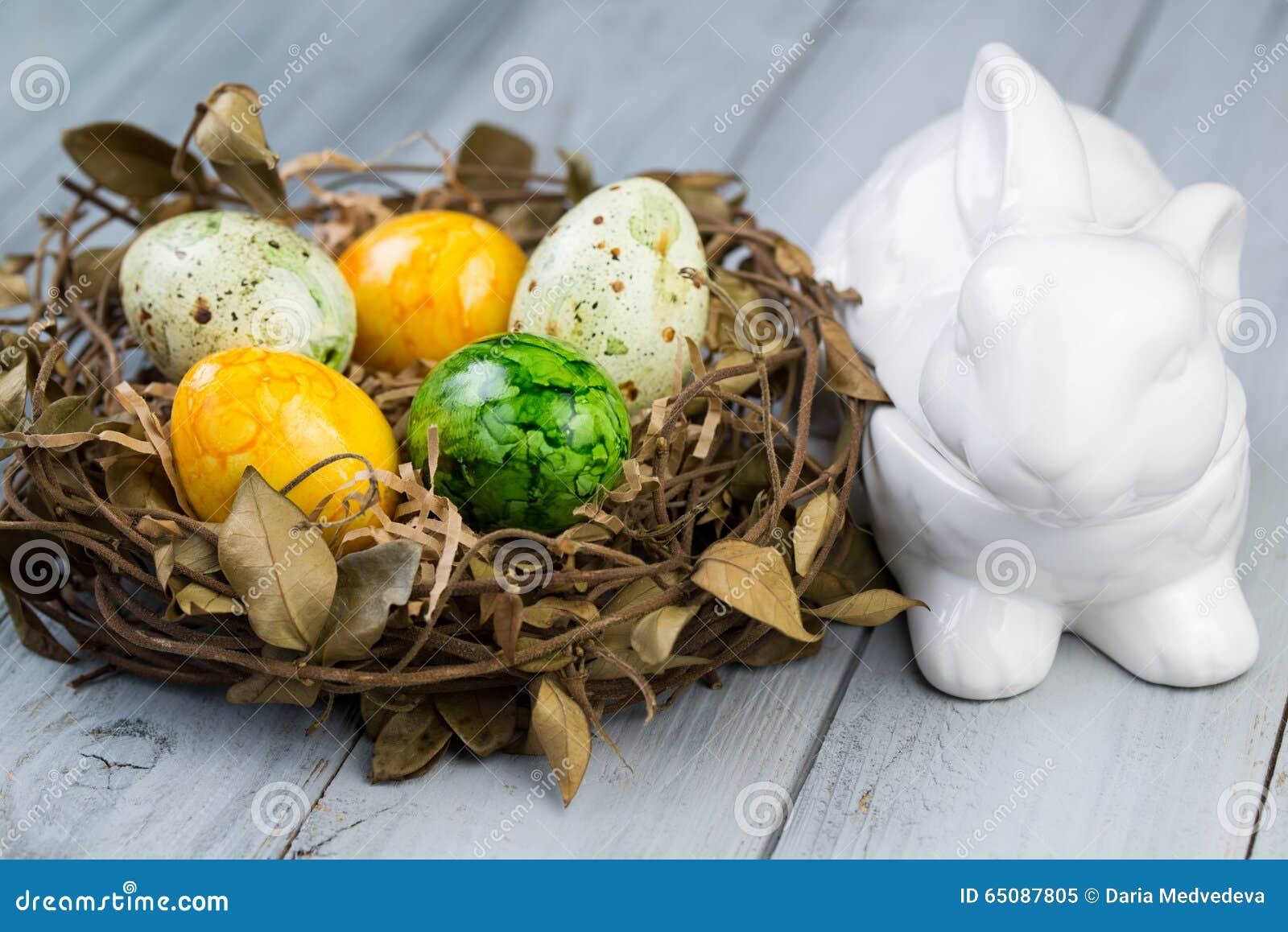 Uova Di Pasqua Ceramica.Annidi Con Le Uova Di Pasqua Colorate E La Scatola Di Ceramica Il