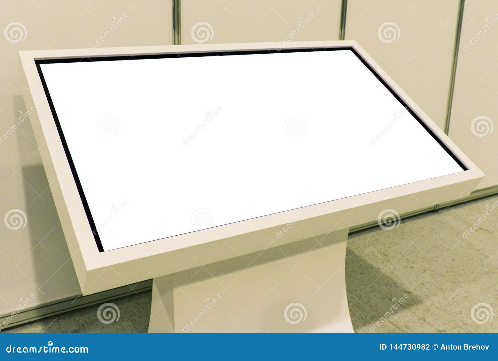 Annonsering av ställningen med LCD-TV Att att visa information som annonserar projekt Putoy vit bildskärm med kopieringsutrymme
