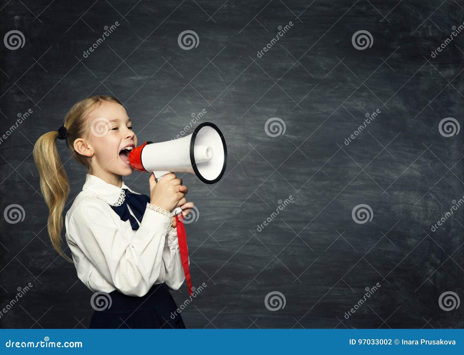 Annuncio del megafono della ragazza del bambino, il bambino della scuola annuncia, lavagna