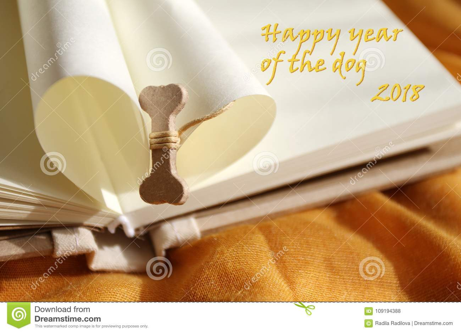 Ano de Dog's Ano feliz do cão 2018 Osso para o cão Ano novo feliz Ano novo chinês 2018 Copie o espaço para o texto