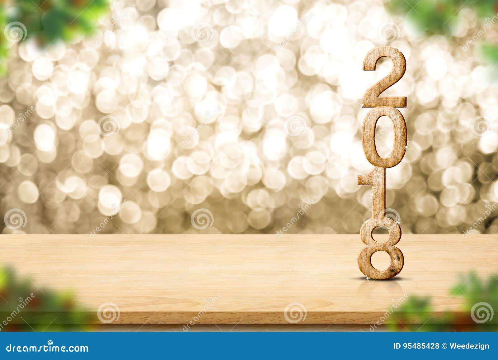 Ano novo feliz 2018 no foregr de madeira da árvore da tabela e de Natal do borrão